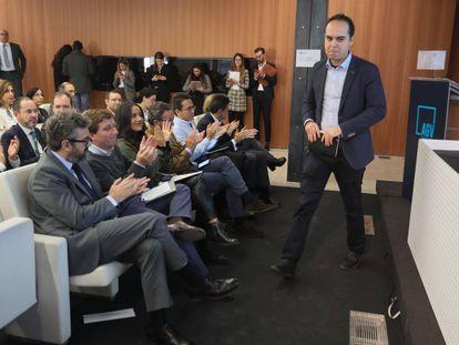 El concejal de urbanismo, José Manuel Calvo, habla en presencia de los portavoces municipales de PP, PSOE y Ciudadanos.