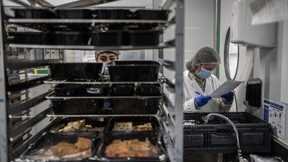 Andrea, a la derecha, técnica de calidad, realizando su trabajo en la cocina de Comidissimo.
