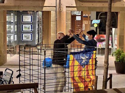 Una pareja baila la sardana con mascarilla en un rincón de la plaza de Viladrau, la semana pasada.
