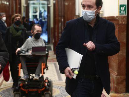 El portavoz parlamentario de Unidas Podemos, Pablo Echenique (fondo), y el vicepresidente del Gobierno, Pablo Iglesias, el pasado 3 de febrero, en el Congreso.