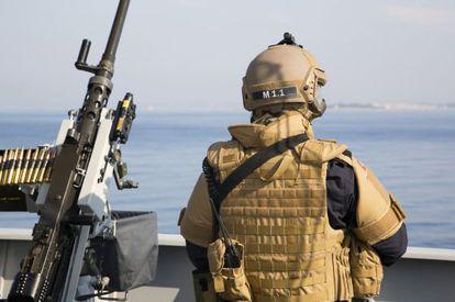 Un oficial a bordo del buque noruego frente a Latakia.