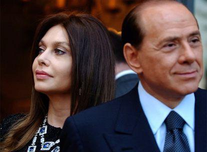 El primer ministro italiano, Silvio Berlusconi, y su esposa, Veronica Lario, acuden a una cena oficial en Roma, en 2004.