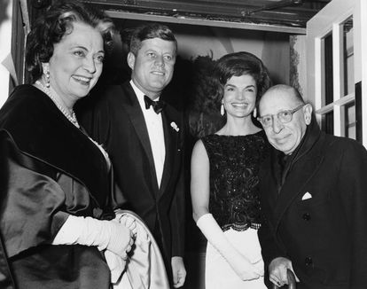 Igor Stravinski (right) and his wife Vera (left), with President John Fitzgerald Kennedy and his wife Jackie in January 1962 in Washington.