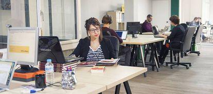 Luz natural, plantas, equipamiento tecnológico… hasta una biblioteca con libros en préstamo para coworkers.