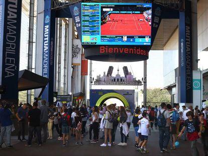 Asistentes ayer al Open de Tenis Mutua Madrileña en la Caja Mágica.