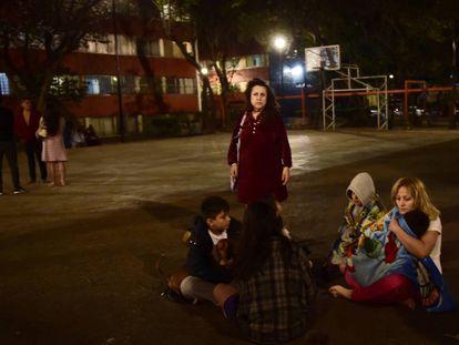 Una familia espera a las afueras de su condominio durante la madrugada luego de que sonara la alerta sísmica en la Ciudad de México seis meses después del 19 de septiembre de 2017.