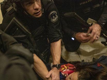 Personal de seguridad auxilia a una mujer que falleció por disparos durante el asalto al Congreso de EE UU, este miércoles. En el video, momento en que la mujer recibe el disparo.