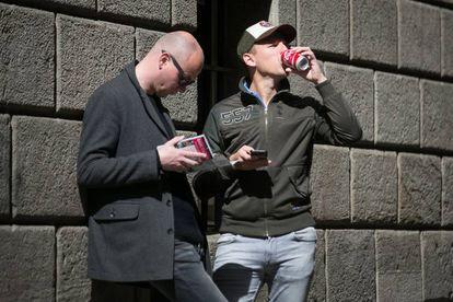 Un hombre toma un refresco de lata.