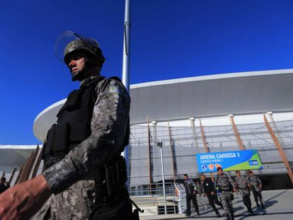 Un agente en la instalación olímpica de Río