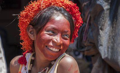 Una joven guaraní con su rostro pintado de rojo, Brasil.