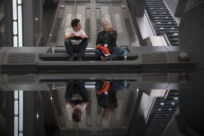 J. J. Abrams y Lawrence Kasdan charlan en el rodaje de 'El despertar de la Fuerza'.