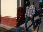 """La polícia estatal ha tomado el control de Ixtlahuacan después de darse a conocer unvideoque se hizoviral en redes sociales la detención de  Giovanni Lópezfue grabada por sus familiares,  se observa  a un grupo de policías de Ixtlahuacán de los Membrillos, Jalisco, México queforcejean para subirlo a una patrulla. Al día siguiente la familia acudió a buscar a Giovanni a los separos de la policía deIxtlahuacán de los Membrillos, donde les informaron que fue trasladado al Hospital Civil de Guadalajara y que había muerto.Familiares indicaron que el acta de defunción señalaba que falleció por un golpe en la cabeza y, cuando acudieron al Servicio Médico Forense. Giovanni habría sido detenido por policías municipales por una """"falta administrativa"""" y no porque no portaba cubrebocas. 5 de junio del 2020, Ixtlahuacan, Jalisco, México."""