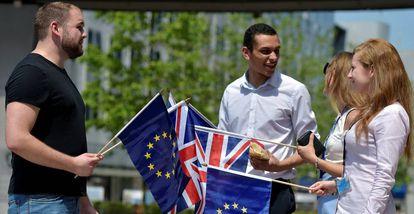Estudiantes británicos junto al Parlamento Europeo, esta semana.