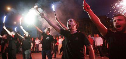 Miembros de Aurora Dorada, durante un acto de campaña en abril.