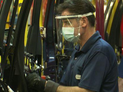 Un trabajador de la Ford en Almussafes.