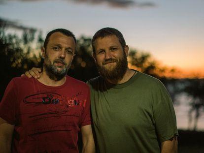 Roberto Fraile y David Beriain, asesinados en abril en Burkina Faso mientras grababan un documental, en una imagen de 2016 decida por la familia de Beriain.