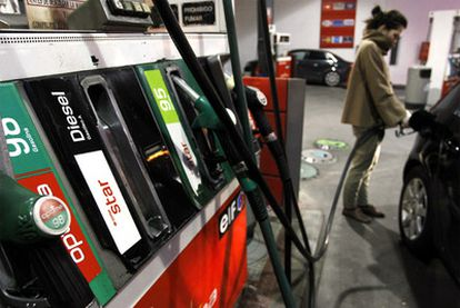 El litro de gasóleo cuesta poco menos que el de gasolina. Pero la moda del diésel ha implicado más contaminación.
