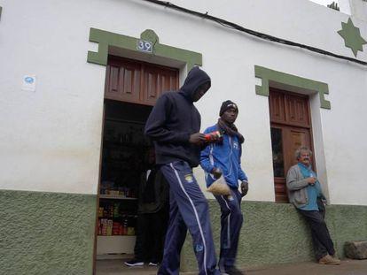Dos jóvenes compran en un bar de Las Palmas. En vídeo, el viaje del bebé que nació y murió en una patera.