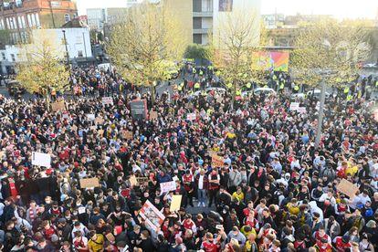 Aficionados del Arsenal, este viernes fuera del Emirates antes del partido contra el Everton.