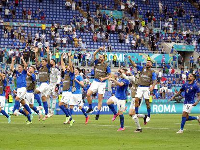 Italia festeja con la afición el pase a octavos, el pleno de triunfos.