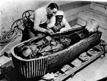 Howard Carter examina el sarcófago de Tutankamón tras su descubrimiento el 8 de noviembre de 1922.