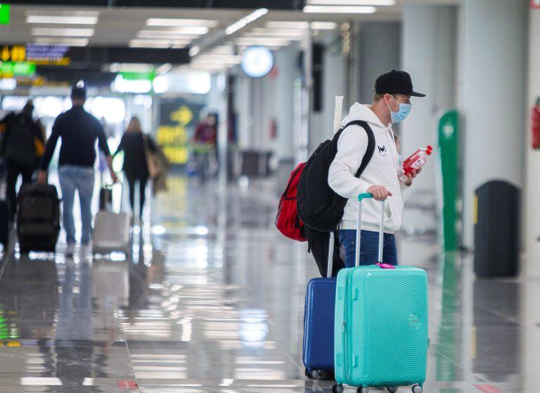 Un turista en el aeropuerto de Palma, en Mallorca, el pasado viernes.