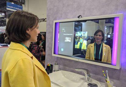 Una usuaria utiliza el espejo inteligente de Roca y CareOs.