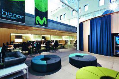 Espacio multiusos para reuniones o descanso. Al fondo, salas de entrenamiento, las únicas cerradas del Movistar eSports Center.