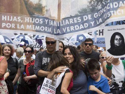 Una mujer abraza a la hija de un represor en la marcha del Día de la Memoria en Buenos Aires.
