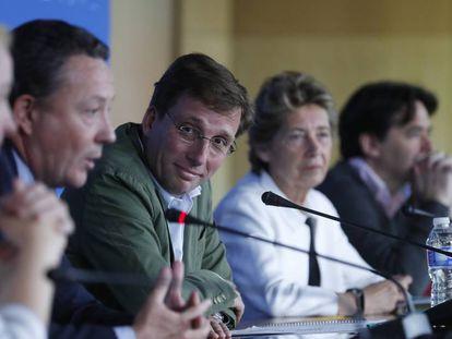 El portavoz del PP en el Ayuntamiento de Madrid, con otros concejales del grupo.
