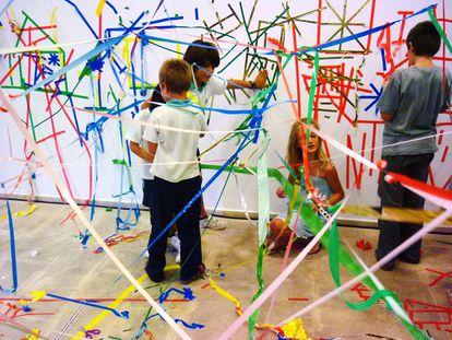 Niñas y niños participantes en un taller del artista Jordi Ferreiro.