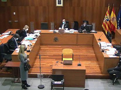Momento de la declaración de una testigo en el juicio, la semana pasada. El acusado está sentado frente a ella.
