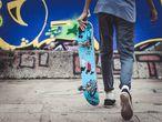Un adolescente en una pista de skate.