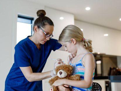 Una niña australiana se vacuna.