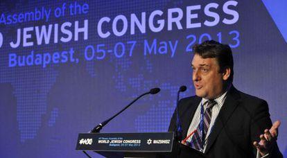 El periodista británico Robin Shepherd interviene en la asamblea plenaria del Consejo Mundial Judío, este martes en Budapest.