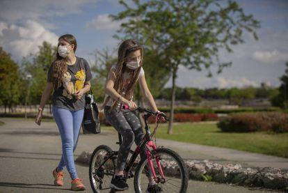 Una mujer pasea por el parque con su hija. / MARÍA JOSÉ LÓPEZ (EUROPA PRESS)