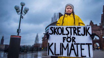 Greta Thunberg muestra el lema