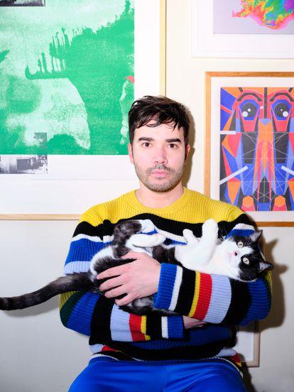 Guillermo Alonso, autor de 'Muestras privadas de afecto', posa con su gata Paquita.