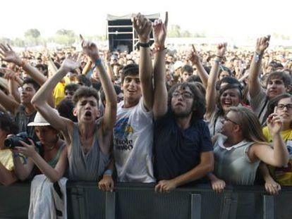 Jóvenes asistentes a uno de los conciertos del Arenal Sound, ayer, en Burriana.