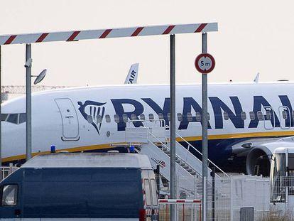 Un avión de Ryanair. En vídeo, la OCU recomienda reclamar por los vuelos afectados por la huelga.