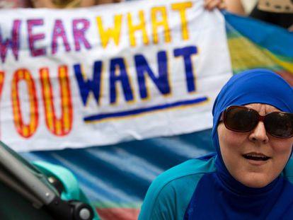 Una mujer vistiendo un burkini en una protesta ante la Embajada francesa en Londres, en agosto de 2016.