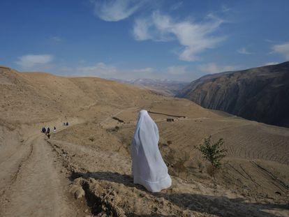 Una mujer regresa a su aldea en la provincia de Badakhshan tras visitar una clínica que ofrecía vacunas y atención sanitaria materna, en noviembre de 2009. En ese momento, la región tenía una de las tasas de mortalidad materna más altas del país, en parte debido a la falta de carreteras.