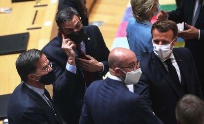 Desde la izquierda, el primer ministro holandés Mark Rutte, el presidente español Pedro Sánchez, el presidente del Consejo Europeo Charles Michel y el presidente francés Emmanuel Macron durante la cumbre europea de la semana pasada.
