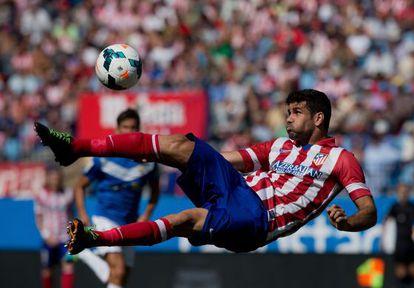 Diego Costa remata de forma acrobática contra el Almería.