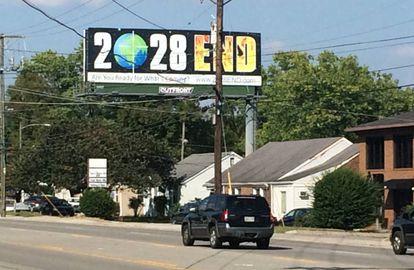 En los alrededores del fabricante de biblias, un anuncio reza: '2028 FIN', el título de una película apocalíptica que pronostica el retorno de Jesucristo a la tierra en 12 años