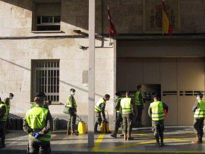 Militares desinfectan la cárcel vizcaína de Basauri, una en las que se reabrirán los talleres productivos. Imagen del 15 de abril.