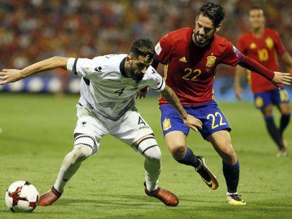 Isco disputa el balón a Hysaj durante el partido que enfrentó a España y Albania.