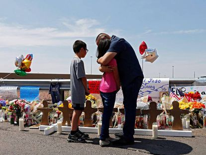Un hombre abraza a su hija en un memorial por las víctimas en El Paso.