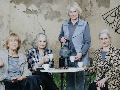 Las actrices Imma Colomer, Lurdes Barba,  Muntsa Alcañiz y Vicky Peña protagonizan la obra 'I només jo vaig escapar-ne' en el Teatre Lliure de Barcelona.