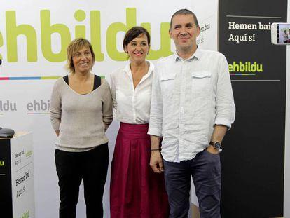 Miren Larrion, a la izquierda, junto a la parlamentaria Jasone Agirre y el líder de EH Bildu, Arnaldo Otegi, en una imagen de 2019.